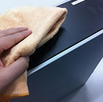 本体の外側の掃除は乾いた布、もしくは中性洗剤を含ませ固く絞った布で丁寧に拭き取ります。